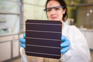 有望改變太陽能市場的新電池,英國鈣鈦礦-矽晶串疊型模組效率頻創紀錄